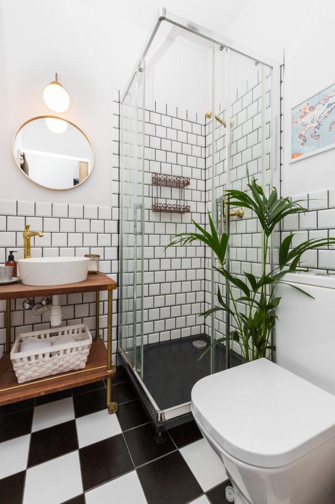 Pomysł na białą łazienkę w bloku