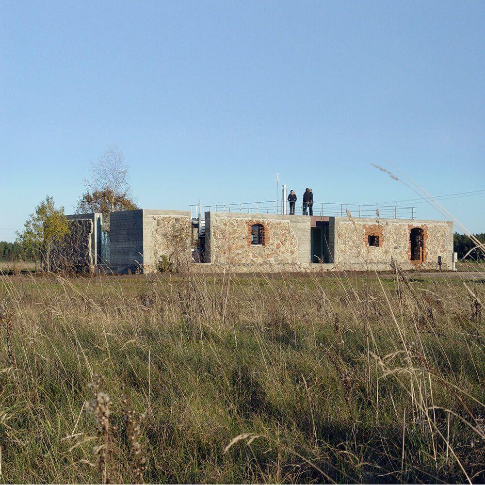 Nowoczesny dom w ruinach starej stodoły
